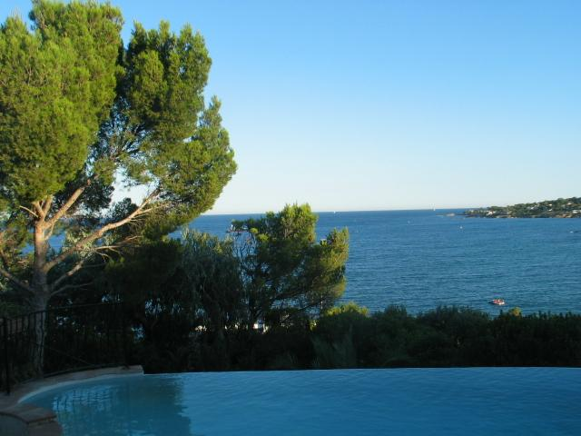 From the terrasse, the view of the garden and the pool